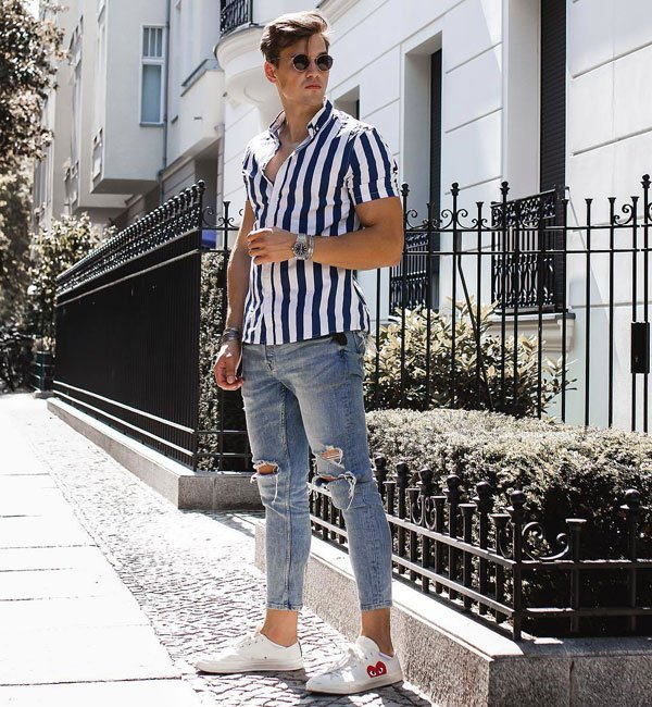 Skinny Jeans with Shirt and Sneakers